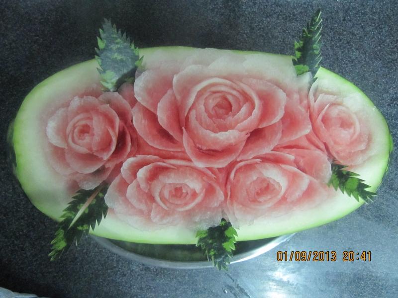 Вырезать цветы из фруктов
