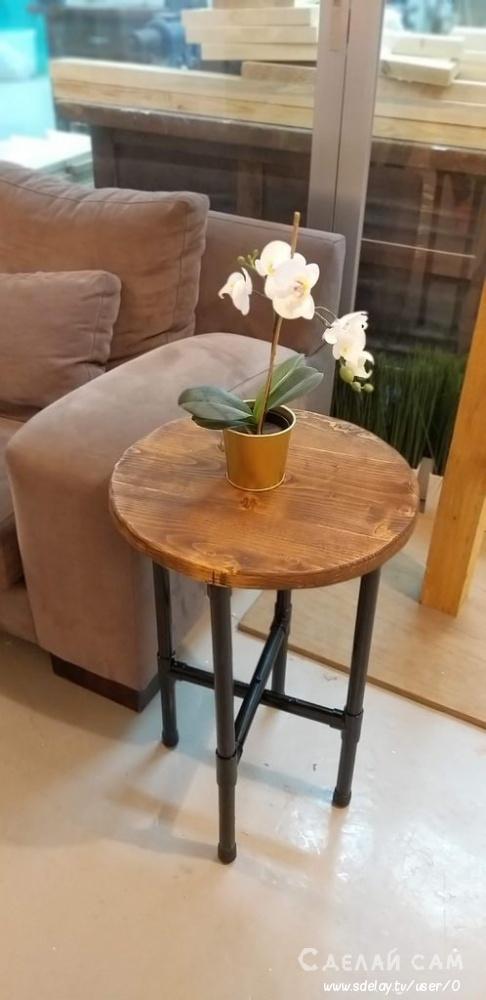 Небольшой столик в стиле Loft из ПВХ труб