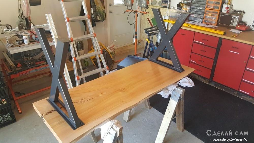 Столик для телевизора из дерева с врезным декором