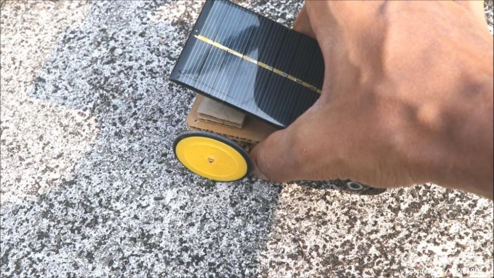 Мини автомобиль с электрическим приводом на солнечной батарее