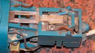 Изображение сломанной тяги выключателя болгарки