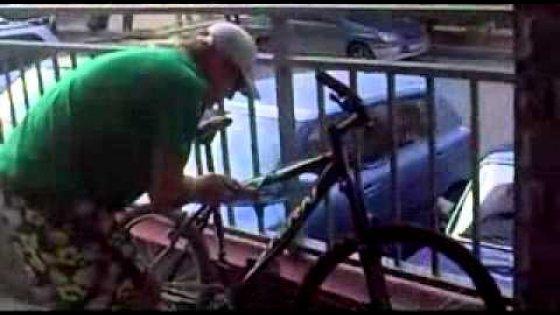 Наглый угонщик велосипеда