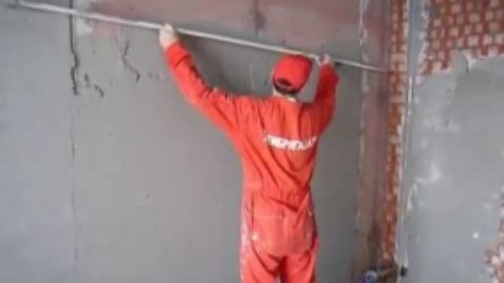 Штукатурка стен по маякам работа мастеров компании Рембригада.ру