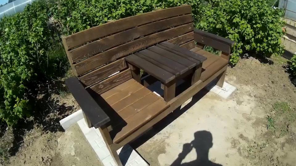 Скамейка на даче со столиком