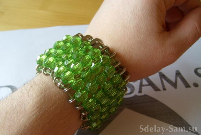 браслет сделанный из бусинок и булавки