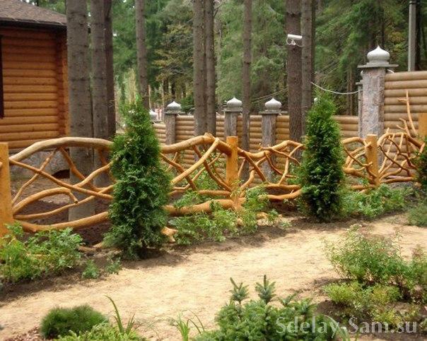 Забор из деревьев своими руками