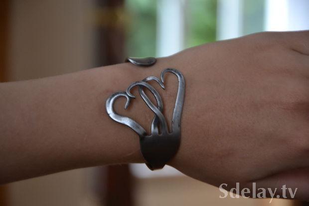 Одеваем на руку браслет из вилки